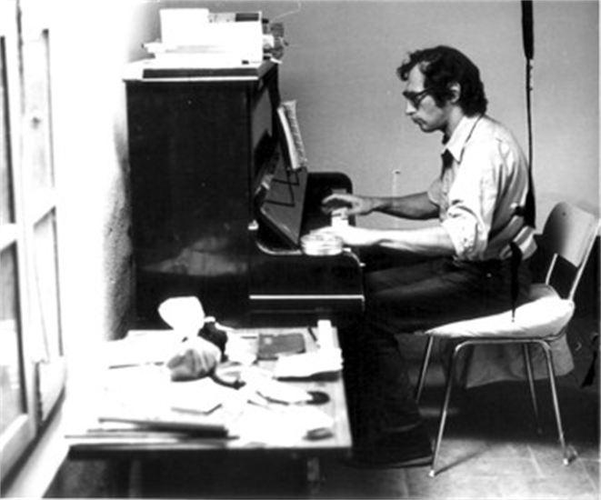 Frederic Rzeweski isst mal nicht Spaghetti bei Carlone sondern spielt live die Musik ein.
