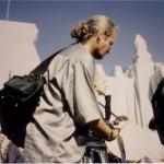 Mit der Hi8 Kamera am verhüllten Reichstag. Gerd Conradt trägt zur Ehrung Christos Silber!